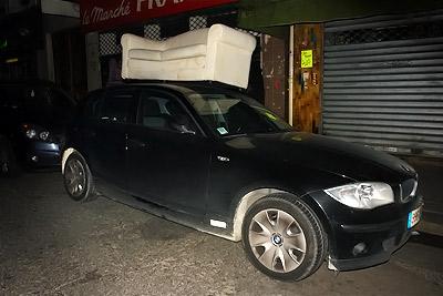 voiture-canap' dans la rue