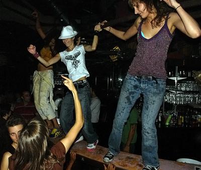 nasty girls sur le bar