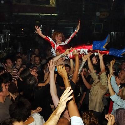 Kap Bambino – Caro se laisse porter par la foule