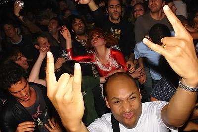 Kap Bambino – Caro danse dans la foule