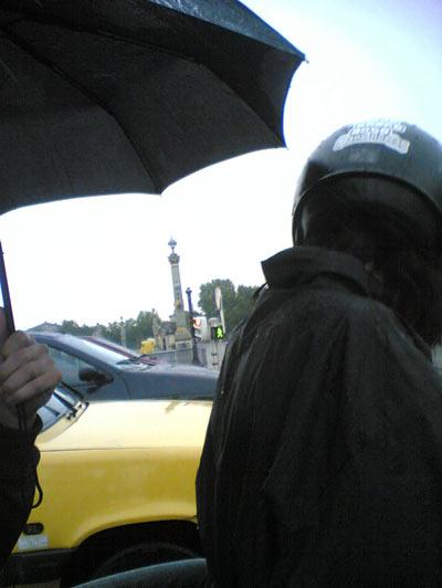 kangoo & pouic à moto sous la pluie – photographié avec un mobile