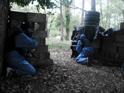 l'équipe retranchée sous le feu ennemi