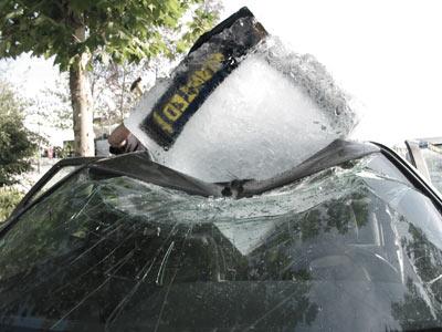 le glaçon est planté dans une voiture